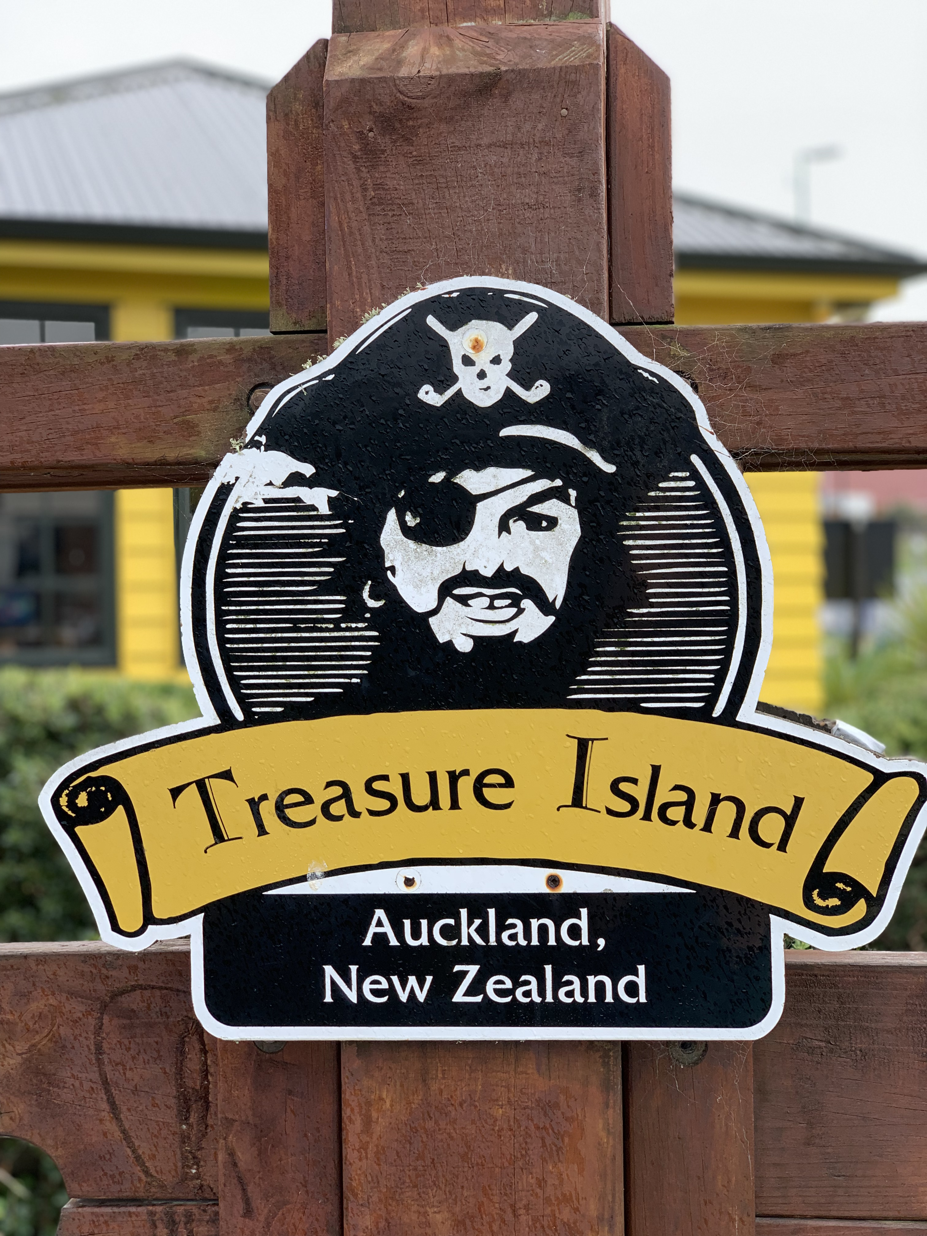 Logo of the treasure island mini golf course in Auckland